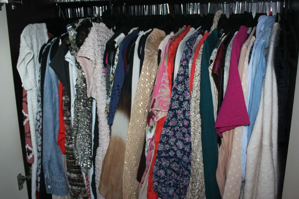 HENG OPP: Du kommer til å spare mye tid om morgenen om du har det ryddig i klesskapet. FOTO: Trine Jensen