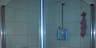DUSJVEGGER: Slik så glassveggene i dusjen ut før vask.