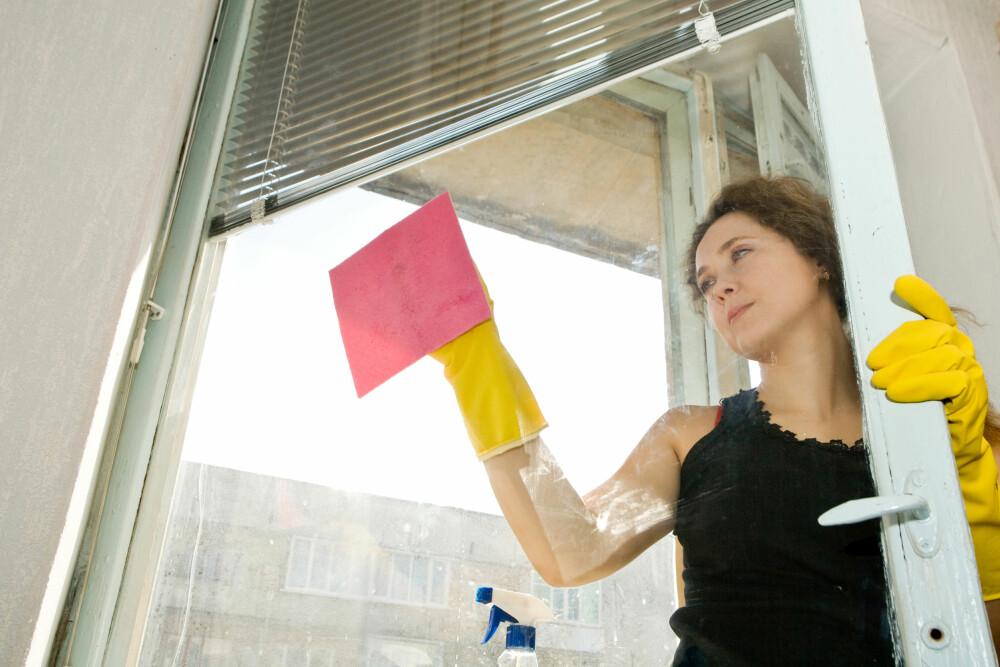 SKINNENDE RENE: Vinduene i stua og på kjøkkenet bør være skinnende rene til jul, men vinduene i resten av huset kan du vente med.