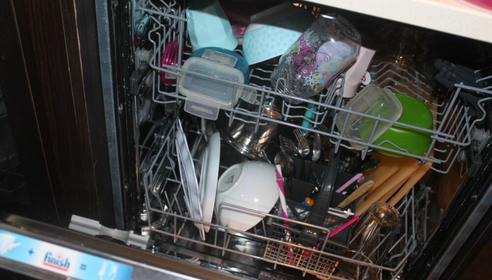 VOND LUKT: Hva gjør du om det lukter vondt av oppvaskmaskinen? Eller kranen har dårlig trykk? Slapp av, ekspertene har råd som hjelper deg ut av kjøkkenkrisene. FOTO: Trine Jensen