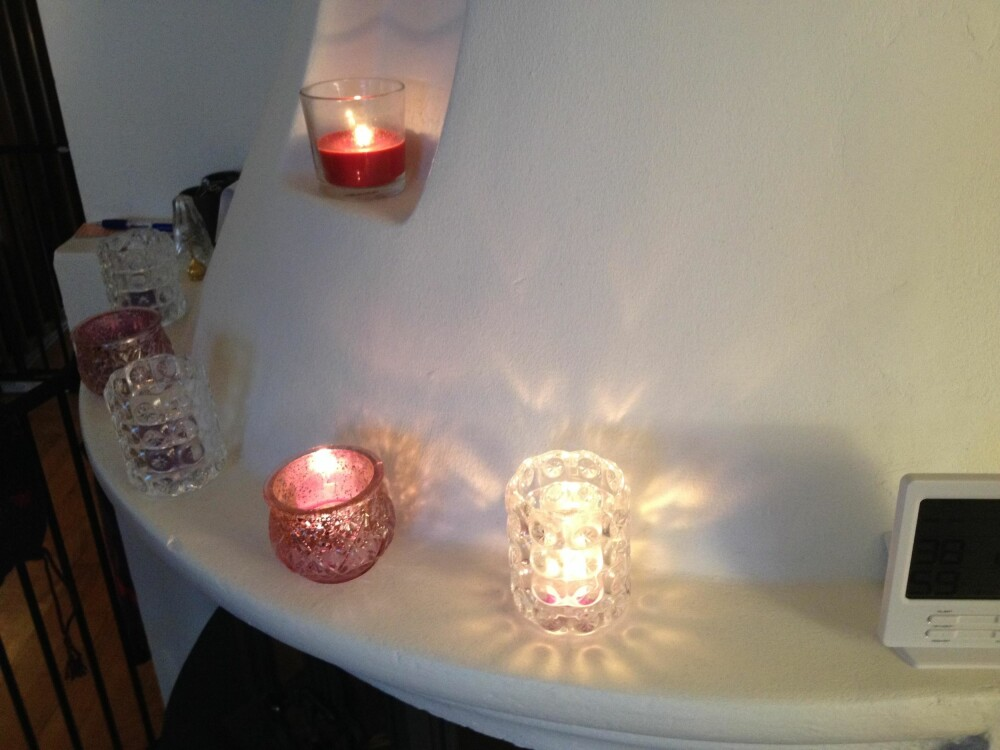 TENN LYS: Demp lyset og tenn levende lys: Vips; huset ditt ser både rent, hyggelig og innbydende ut. FOTO: Trine Jensen