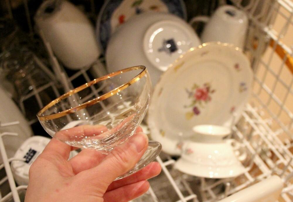 GULLKANT: Tynne glass med gullkant bør helst vaskes for hånd. Det samme gjelder det håndmalte blomsterserviset du skimter i bakgrunnen.