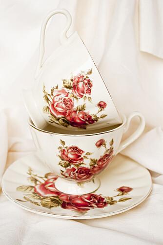 HÅNDVASKES: Antikke kaffekopper med gullkant bør vaskes for hånd, ellers kan gullkanten gå av i vask.