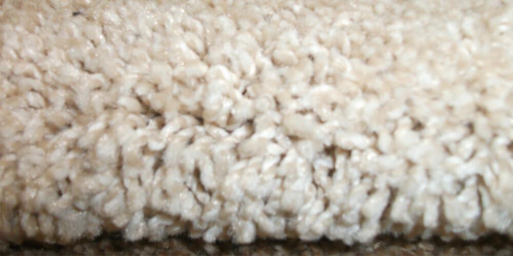 GJEMMER STØV OG SKITT: Teppet ditt tråkkes på hver dag - da blir det mye grums som tråkkes ned.
