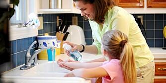 HÅNDHYGIENE: Matinfeksjoner kan forebygges ved å vaske hendene før du lager mat, mellom håndtering av ulike råvarer og før du spiser.