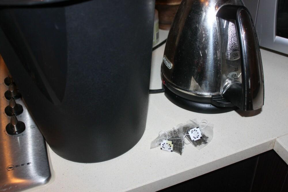 VASKER FETT OG PUSSER GULV: Sjekk hvorfor du ikke burde være så snar til å kaste brukte teposer. FOTO: Trine Jensen