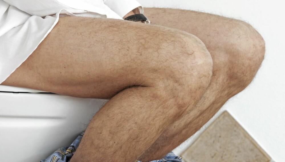 SITTER OG TISSER: Menn som sitter og tisser gir ifølge eksperter et mindre rengjøringsbehov på badet.