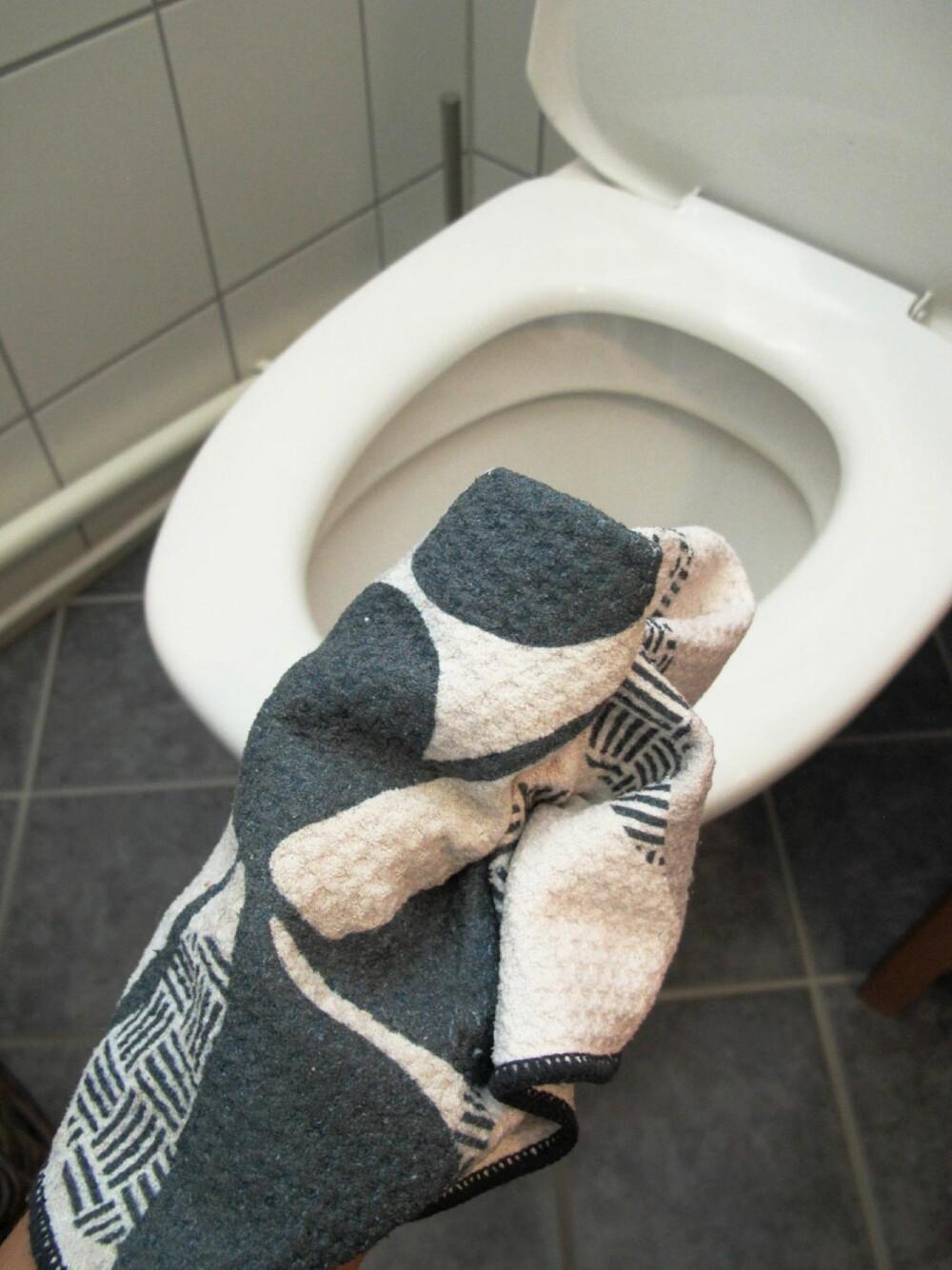 BRUK FLERE: Bruk én klut til toalettet, og én til vasken.
