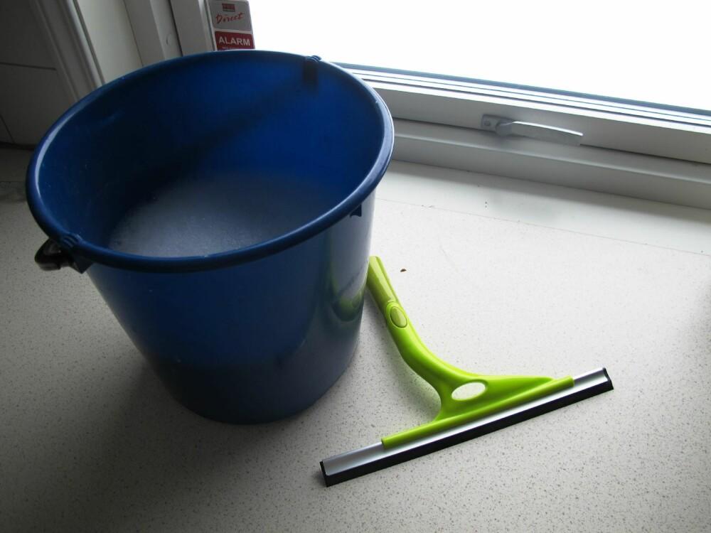 Ikke bruk for mye såpe når du skal vaske vinduene. Det kan gjøre dem grå.