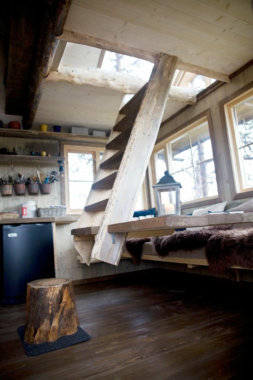 TRAPP TIL HEMS: Fra stua går trappa opp til hemsen, som har glasstak og flott utsikt.