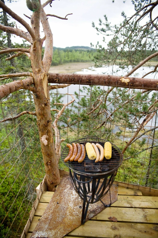 GRILLING I TRETOPPEN: Ute på verandaen kan du grille pølser og maiskolbe til middag.