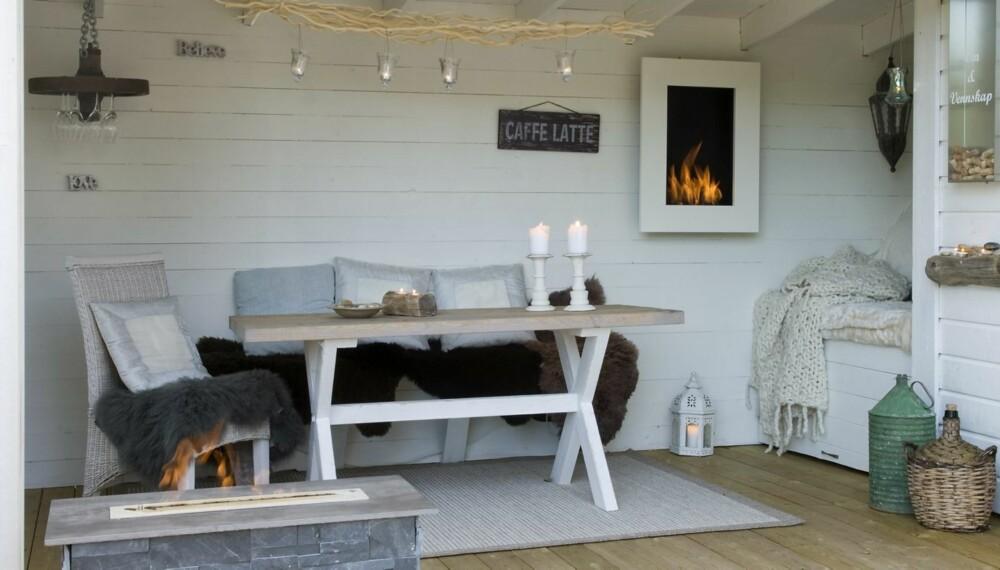 UTEPLASS: En koselig uteplass med ildsted, levegg og lune pledd kan forlenge sommersesongen.