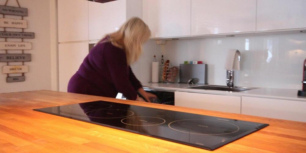 RENE FLATER: En tom og ren kjøkkenbenk frigir energi som kan brukes på andre ting, mener Gunn Kari.