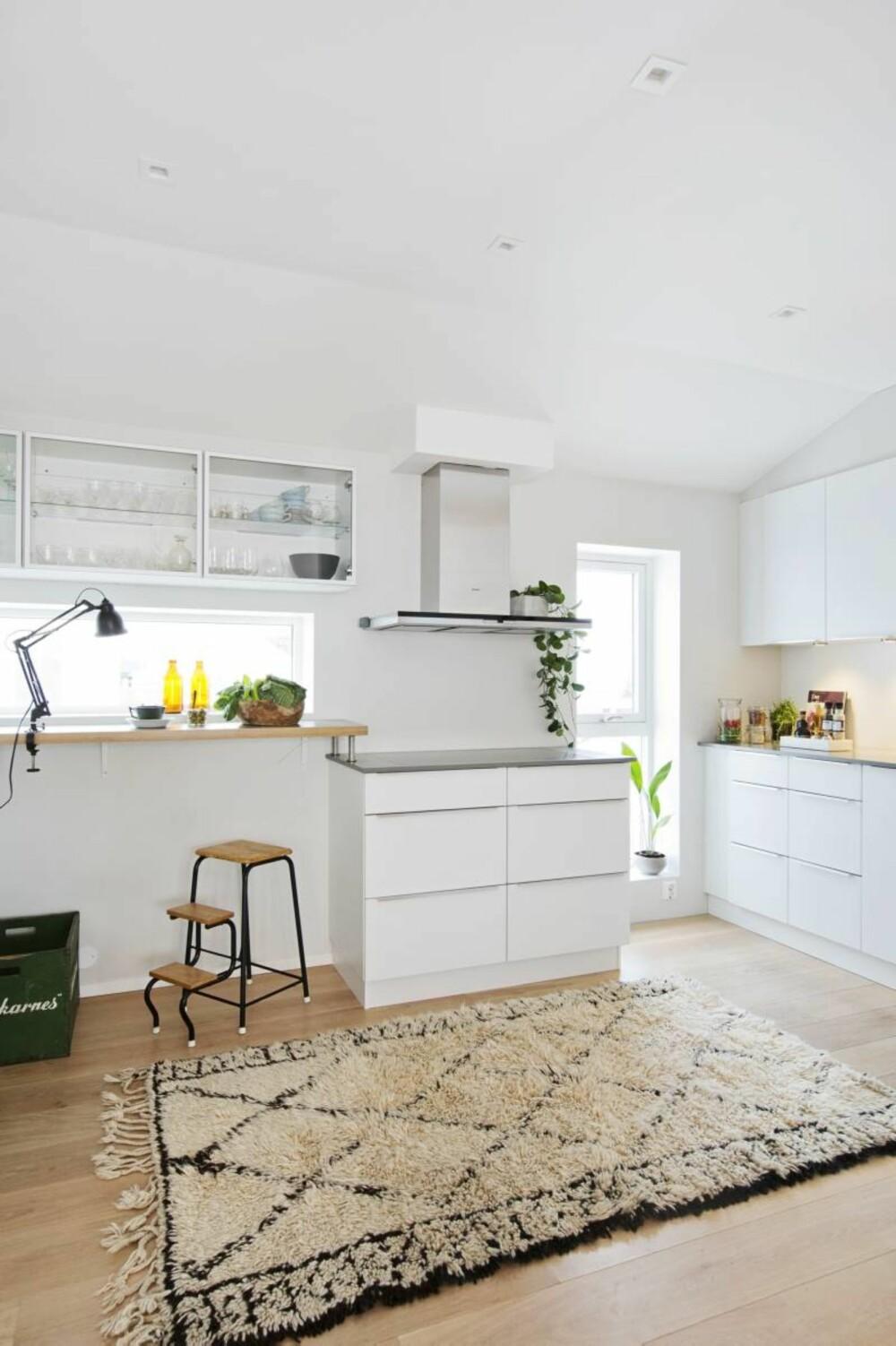 På bar. Kjøkkenet fra Kvik har godt med benkeplass og en frokostbar for travle dager. Det er tegnet inn et smalt vindu ved baren. Trappestolen er et loppefunn og berberteppet er fra Zanz i Lillestrøm.