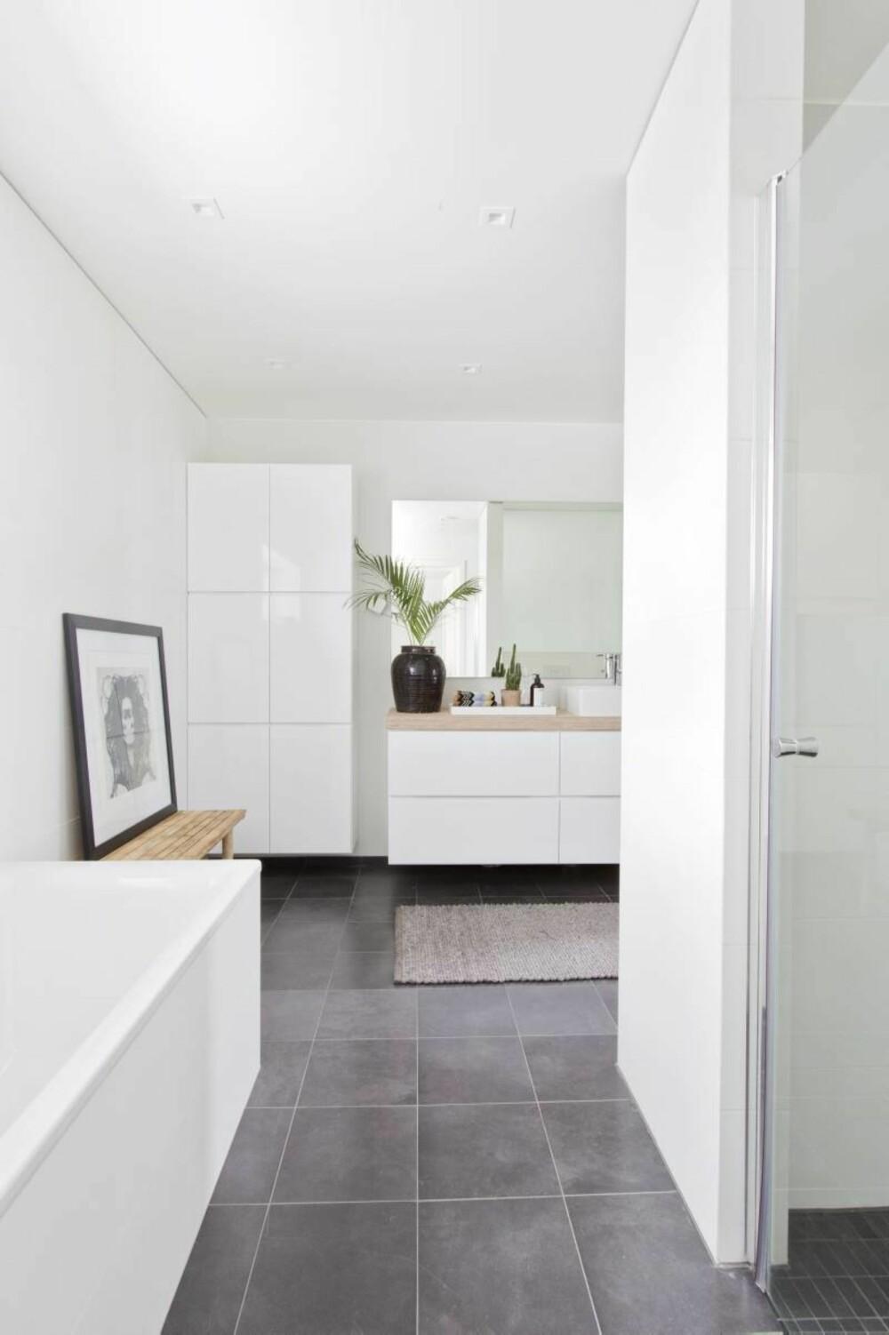 Romslig. Badekaret fra Noro er plassert like ved en stor dusjnisje, og lenger inn henger et servantskap fra Kvik og toalettet.