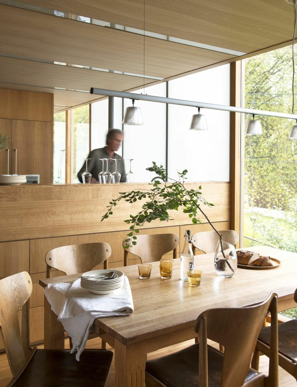 ÅPENT ROM: Kjøkkenet har åpen forbindelse til spisesonen, samtidig som den opphøyde barløsningen gjør at alt rot forblir skjult. Styling: Juni Hjartholm.