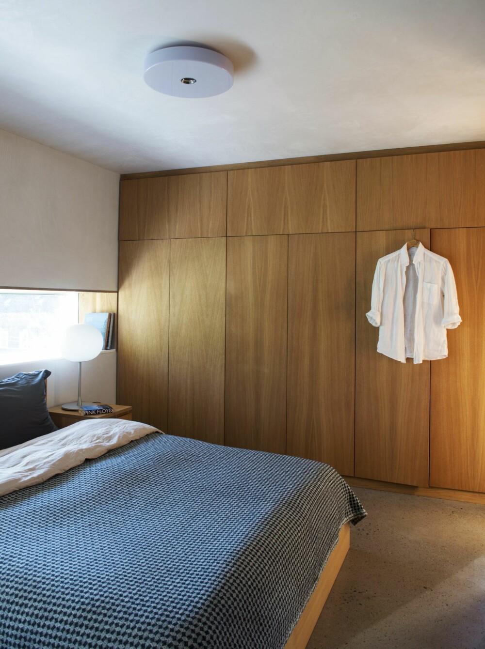INTEGRERT GARDEROBE: Fremfor først å bygge soverommet for så å innrede med skap, er garderoben tegnet inn som en integrert del av rommet. Slik er plassen utnyttet maksimalt, samtidig som rommet får et rolig uttrykk. Styling: Juni Hjartholm.