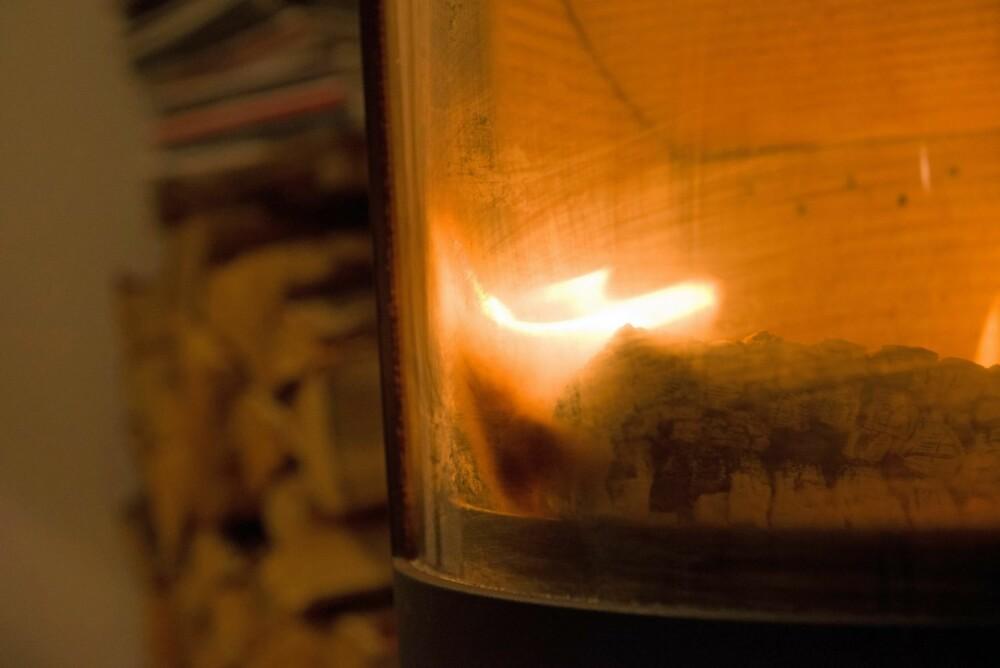 SOTETE OVNSDØR: Glassveggene blir sotete dersom vedkubbene ligger helt inn til glasset.