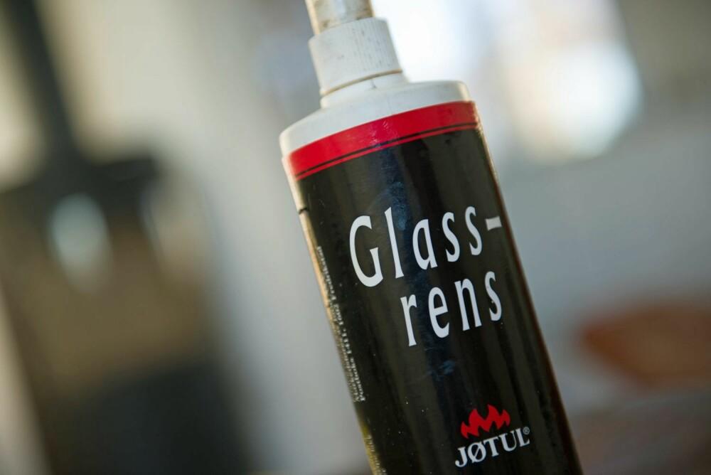 ETSENDE: Spesialprodukter etser bort soten uten å skade glasset. Det anbefales å bruke beskyttelseshansker når man bruker slike kjemikalier.