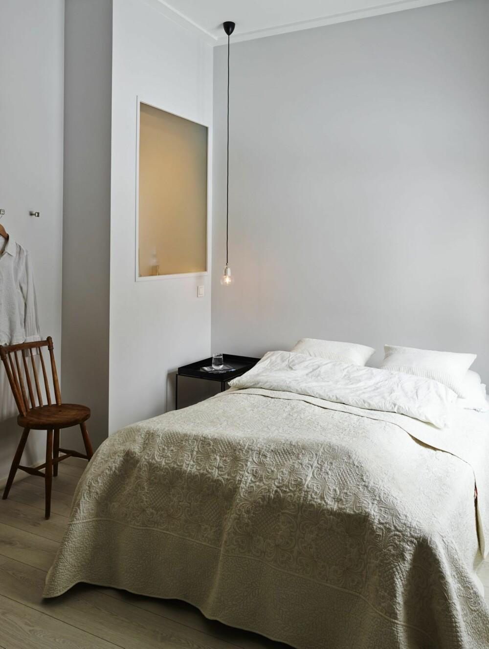 LUR LØSNING: Et internvindu i frostet glass bringer dagslys fra soverommet og inn i dusjsonen på badet.