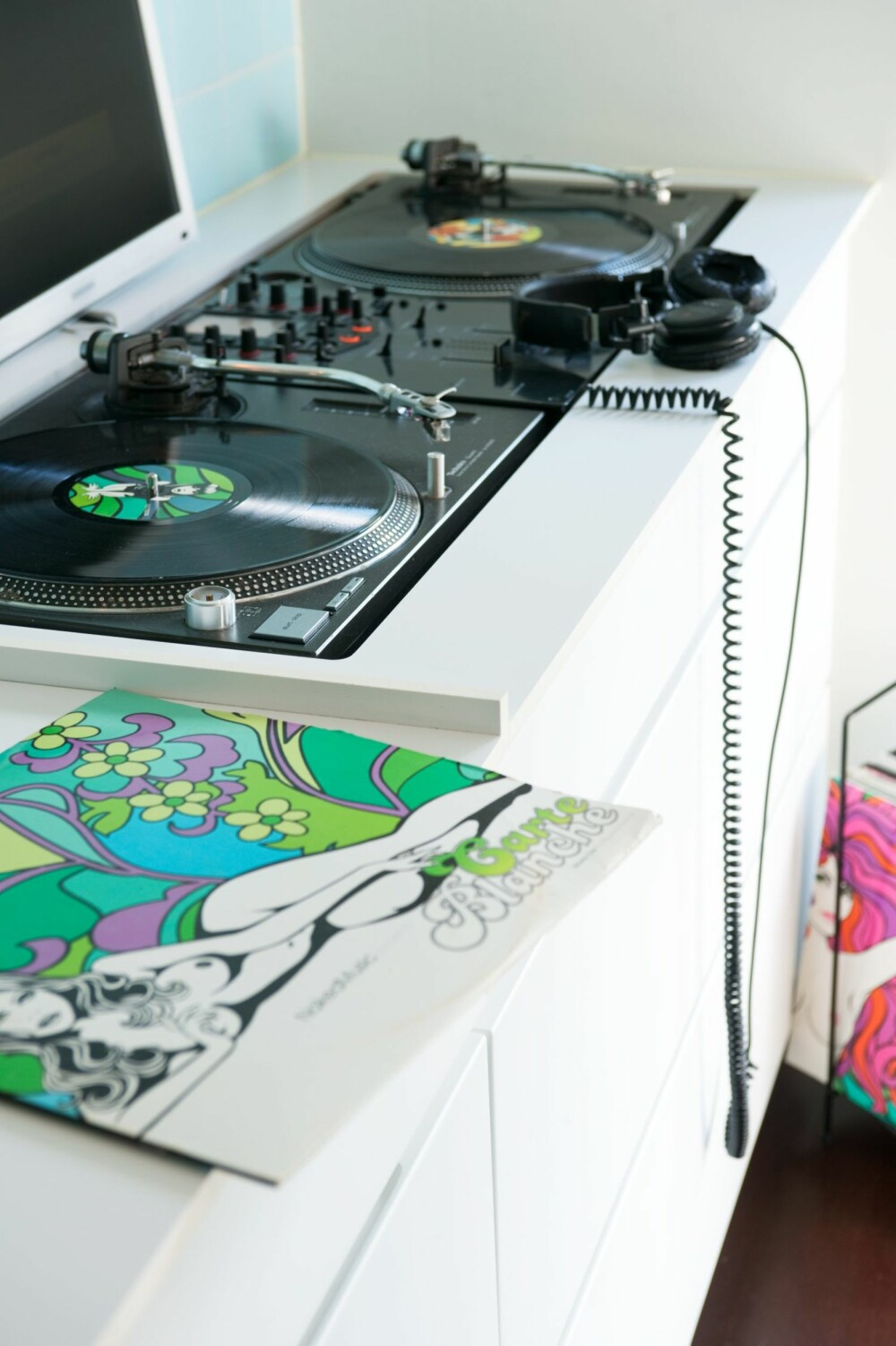 MIKSEHJØRNET: Paret har etablert en dj-stasjon i enden av kjøkkenbenken. All musikk styres herfra, også når det ikke er party på gang.