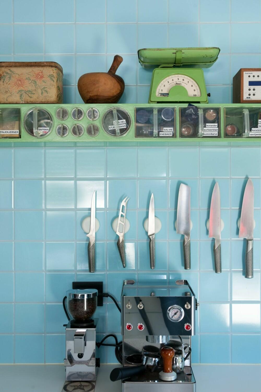 NYTT OG GAMMELT: Både krydderhyllene og flisene fulgte med huset, og bidrar til å gi det nye, renlinjede kjøkkenet særpreg.