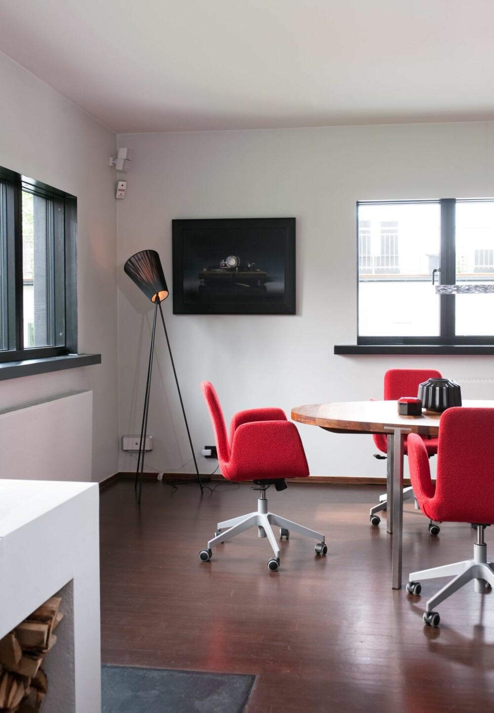 MØBLERT SOM MØTEROM: Spisestuen kan ligne et møterom på grunn av de røde svingstolene fra Ikea.