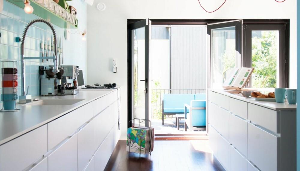 PARTYKJØKKEN: I enden av kjøkkenet står en dobbelt platespiller, et headset og en kurv med vinyl.