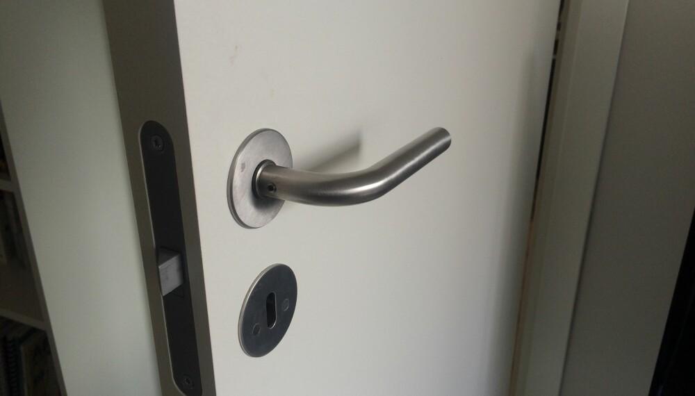 DØRHÅNDTAK: Vask dørhåndtakene først som sist. Her kan det nemlig befinne seg mye rusk og bakterier.