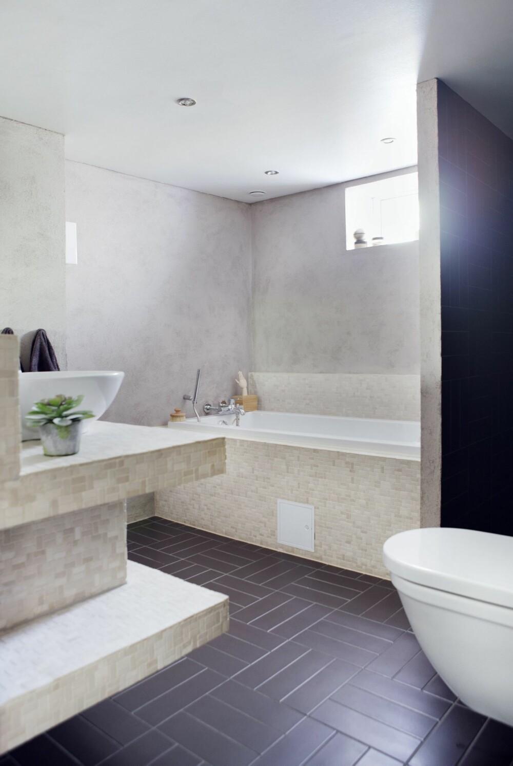 UTRADISJONELLE VALG: Servantmøbelet er bygget av Litex-plater og dekket med marmormosaikkfliser fra Right Price Tiles. De rektangulære gulvflisene fra Modena er lagt i mønster etter Birgits spesifikasjoner. Veggene er malt i fargen River Silt fra Pure & Original, malingen må forsegles når den brukes på bad, og tåler ikke direkte vannsprut! Styling: Tone Kroken.