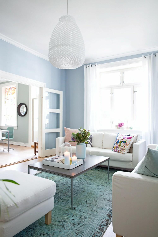 VIL SKAPE EN HELHET: Rikke henter gjerne  opp farger fra andre rom  for å skape helhet. Betongbordet er fra MBJ  Design, og taklampen får du blant annet kjøpt hos bolina.no.