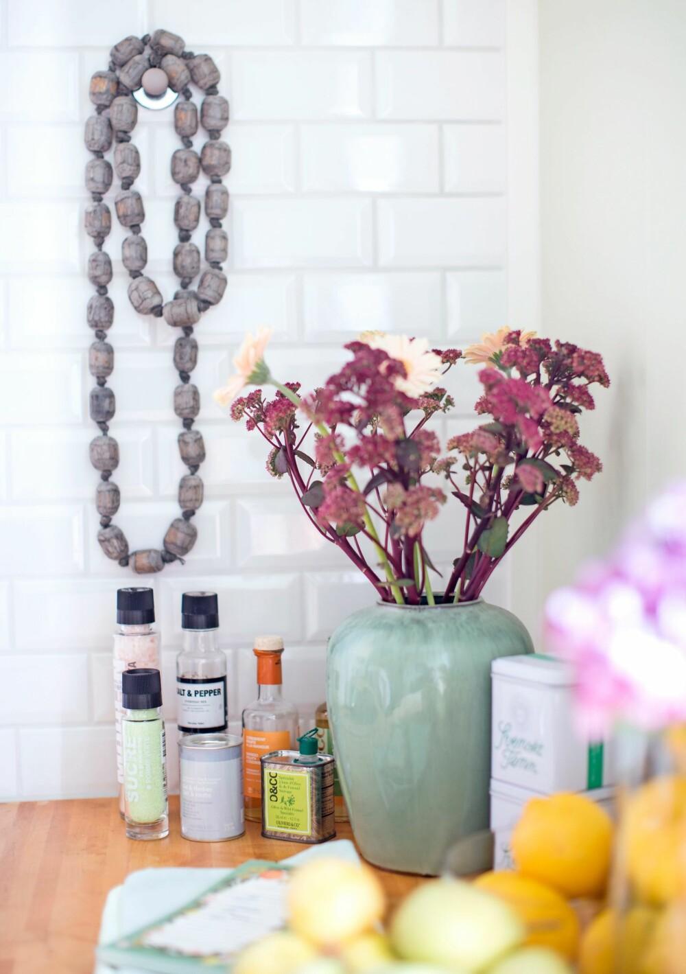 DETALJER: Krydder og oljer fra Nicolas Vahé og Olivier & Co som er så fine at de får stå fremme på  kjøkkenbenken. Et smykke pynter opp på veggen.