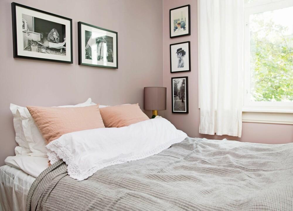 ROSA ROM: Soverommet er malt i en støvet rosafarge som heter Tel Aviv fra Fargerike. Rikke synes at fargen er beroligende, og ikke for rosa. Lampeskjermen, linputene og det grå sengeteppet er fra Eske.