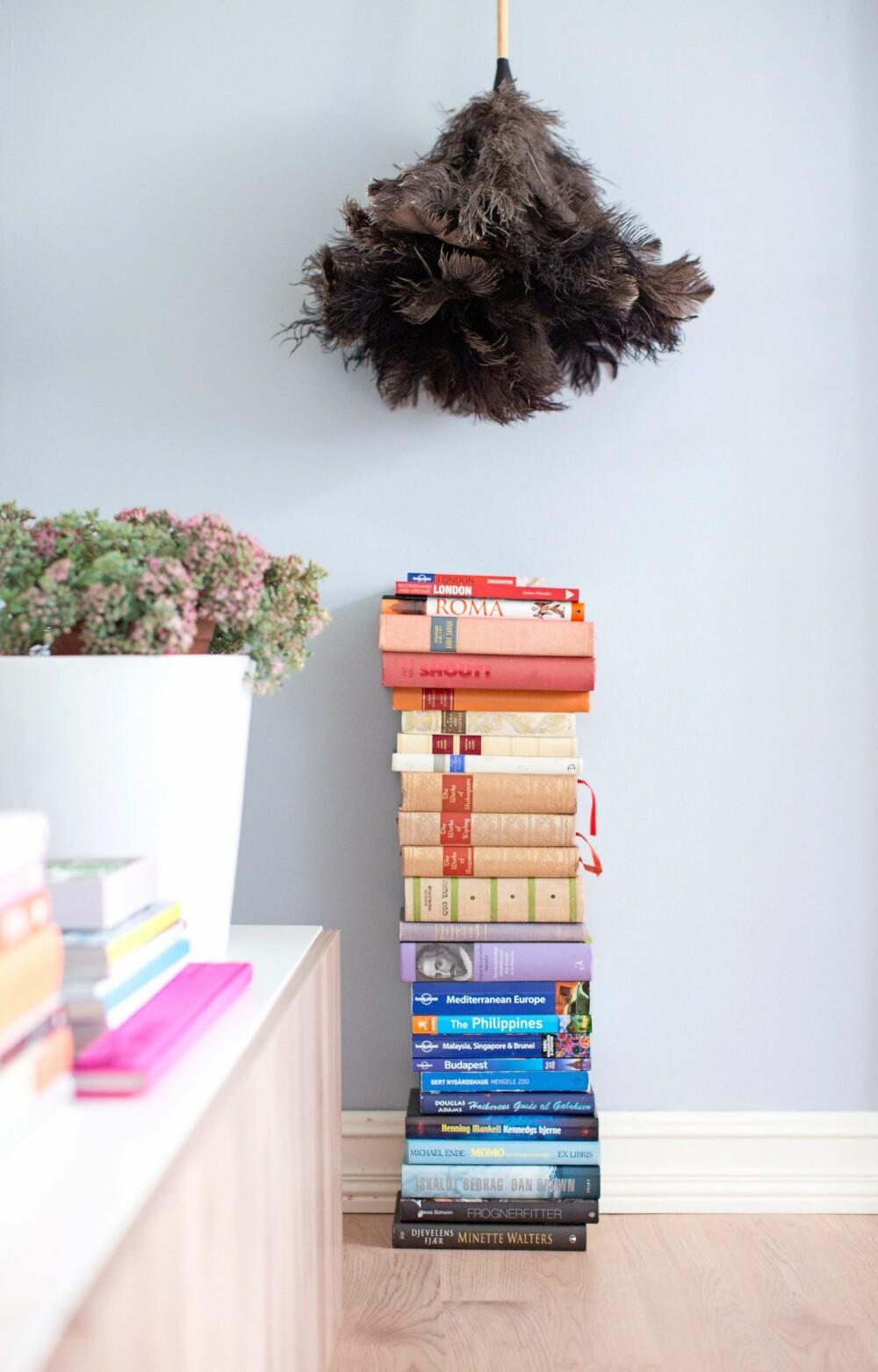 BØKER: En bokstabel pynter opp og gir farge til interiøret.