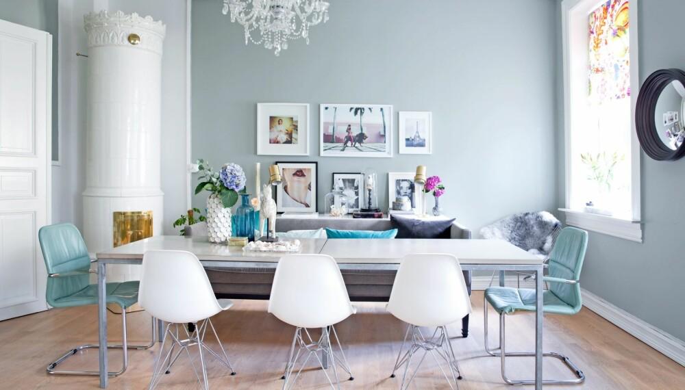 BLANDER NYTT OG GAMMELT: De grønne stolene og messinglampene er bruktfunn fra Sverige. Sofaen er kjøpt brukt av en venn. Betongbordet er fra MBJ Design, lysekronen er fra Exó møbelstudio, og de hvite spisestolene er Eames Side Chair. Noen av bildene på veggen er kjøpt fra fotografiska.eu, andre har Rikke funnet på nettet og skrevet ut.  FOTO: Margrethe Myhrer
