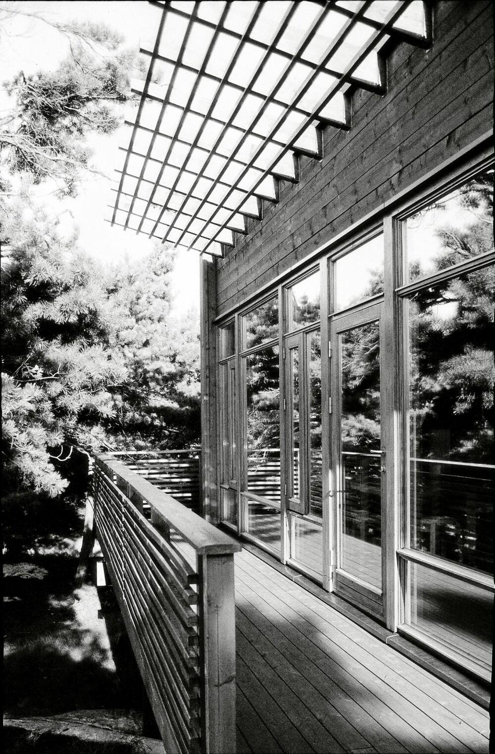 TOPP ARKITEKTSTIL: Arkitektens stramme linjer går gjennom hele bygningen. Den rause terrasseplattingen går langs hele fronten av hytta.