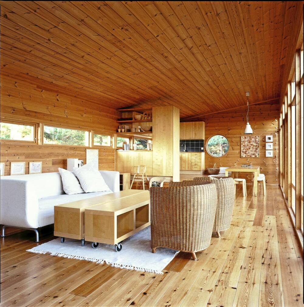 ALLROM: Stuen med kjøkkenet i den ene enden er det dominerende rommet i bygningen.