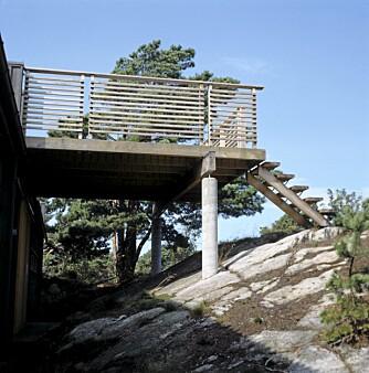 DESIGN TIL  ALLE KANTER: En stilig, arkitekttegnet trapp står på baksiden av hytta. Den leder opp til den rause takterrasen.