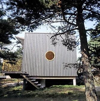 FUNKISVINDU: Det stående lektepanelet gir en spennende, visuell virkning. Det forlenger hytta og det runde vinduet minner oss om funkistidens stiluttrykk.