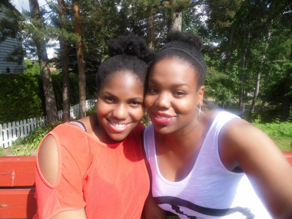 OPPVEKST: Chika (til høyre) og søsteren Ifeoma er vokst opp på Holmlia, et idyllisk sted for barn og unge, mener Chika.