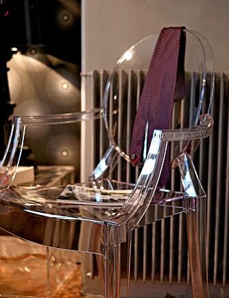 """TRANSPARENT: Stolen """"Louis Ghost"""" er designet av Philippe Starck. Den er laget av polykarbonat, et glassklart materiale som er langt mer formbart enn velkjente pleksi."""