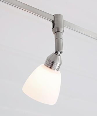 PÅ SKINNER. Har du en mobil kjøkkenøy er det smart med flyttbare lys på skinner.