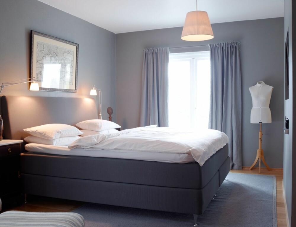 MYK BELYSNING. Leselyset ved siden av sengen er et must. La det generelle lyset være mykt.