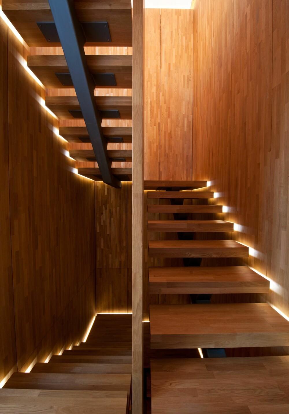 LYS I TRAPPEN. Mørke trapper bør belyses så ingen snubler i trinnene.