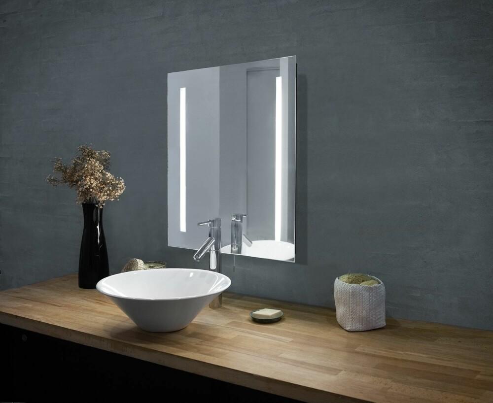 SPEILLYS. Den beste belysningen ved speilet, får du ved å ha lys på hver side, og helst over speilet i tillegg. Dette speilet, Mirror fra Herstal, har innebygd belysning og er derfor ideelt på badet, se designbelysning.no.