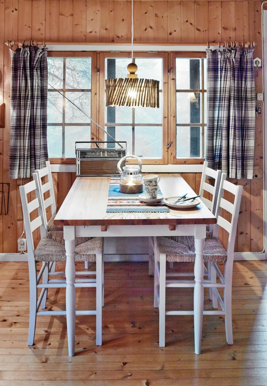 GJØR DET SELV: Lampeskjermen over spisebordet er laget av tørre greiner fra noen nedhuggede grantrær. Greinene ble knyttet sammen med hjelp av ståltråd.