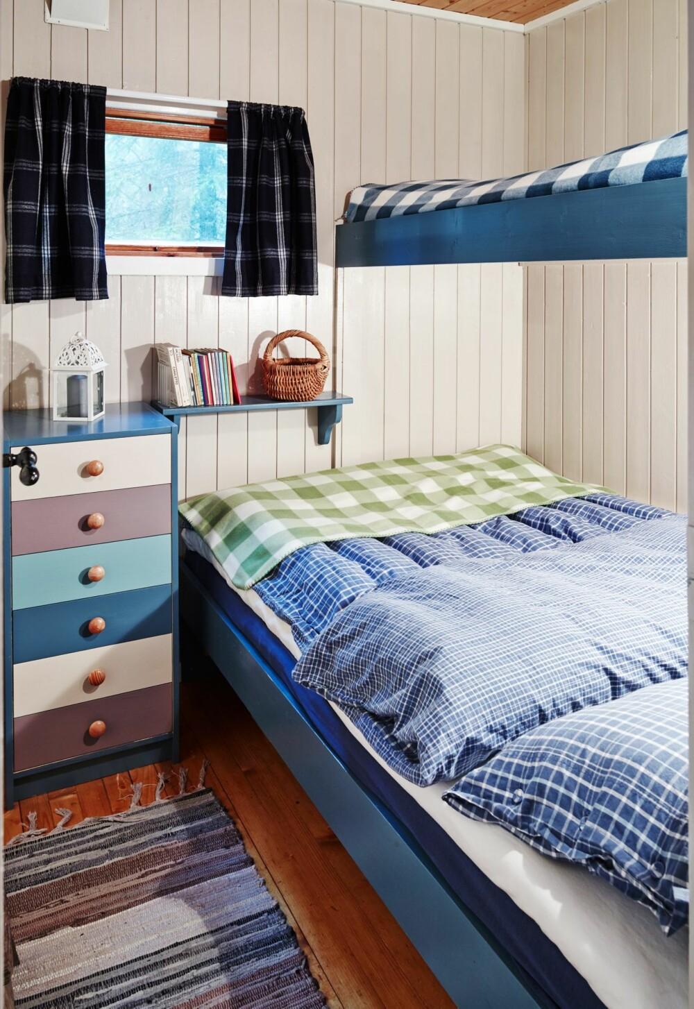 NY STIL: Soverommet fikk en real makeover da Inger tok over hytta. Hun la to strøk av Jotun Lady-fargen Sand på veggen og fargen Blåtind på senger og hyller.
