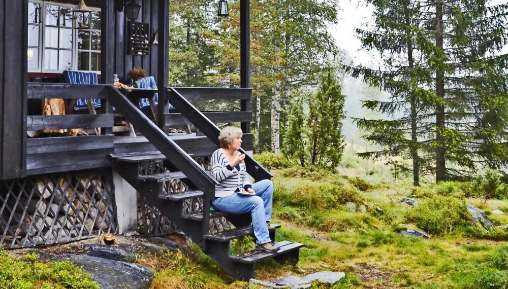 TRENDY I SKOGEN: Det er ikke noe mas i skogen på hytta til Inger Lid i Fosslia ved foten av Norefjell, langt unna urbane kafeer og hippe restauranter. Hytta overtok hun for fire år siden, 28 år etter at foreldrene kjøpte stedet