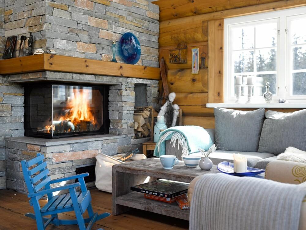 LUN SOFAKROK: Her er det godt å finne roen når vinterstormen herjer utenfor. Bord fra Home and Cottage. Den lille stolen er en dåpsgave til minstejenta.