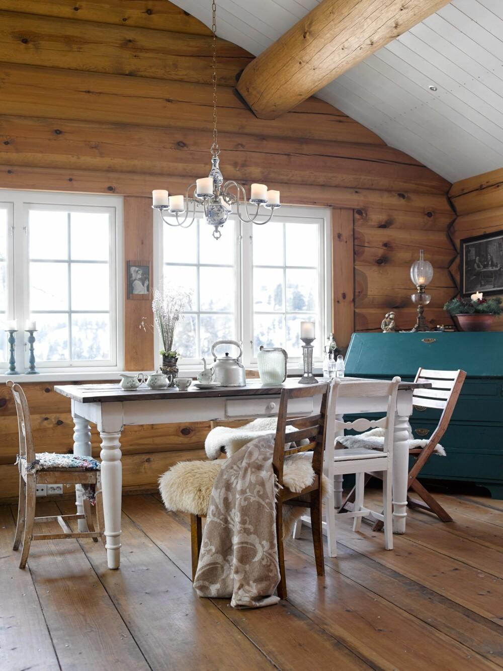 SOSIALT: Rundt spisebordet samles gjerne familien sammen med barnas venner, som ofte er med på hyttetur. Bordet er fra Home and Cottage. Stolene og skatollet er arvegods, bruktfunn og fra antikkbutikken Bestemors Loft i Eggedal. Lysholderen i taket er fra en antikkbutikk i Kragerø.